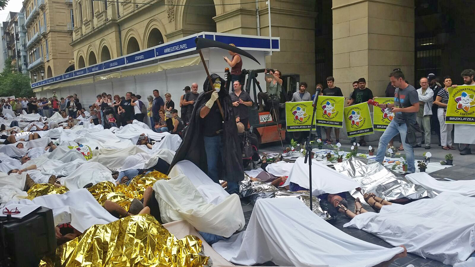 Protesta ante la Diputación bajo el lema «Vuestro negocio, nuestro cáncer»