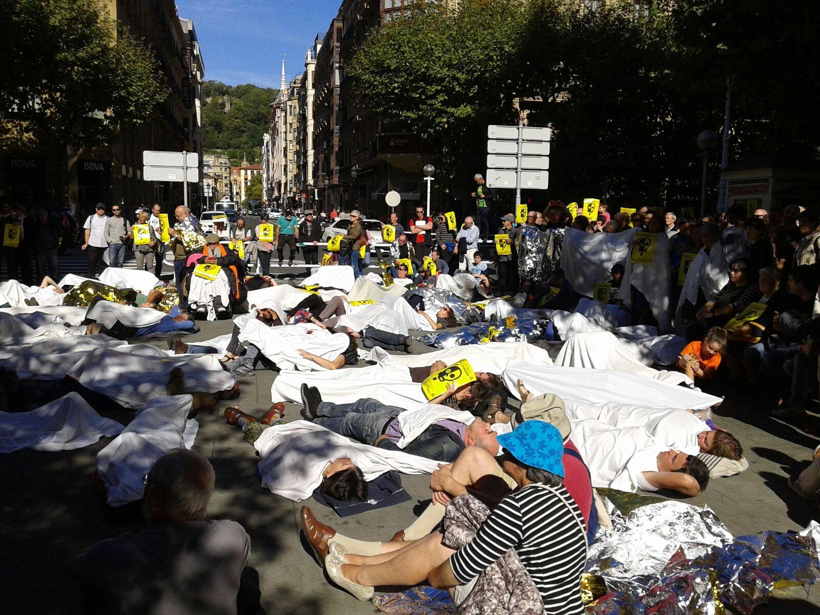 Erraustegiaren  kontrako  Mugimenduak  protesta-ekintza  bat  egin  du  gaur  eguerdian  Foru  Aldundiaren  eta  Bancon  Santanderren  aurrean