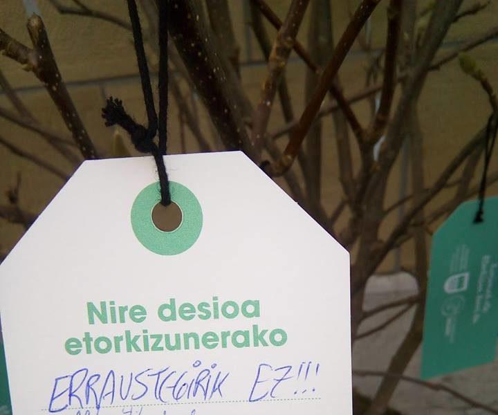 Visto en el «árbol de los deseos» de la Plaza Gipuzkoa